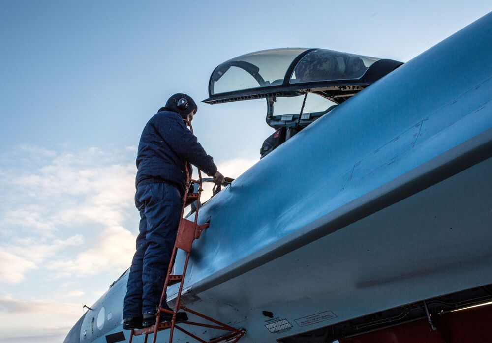Des pilotes militaires inspectent les nouveaux avions.