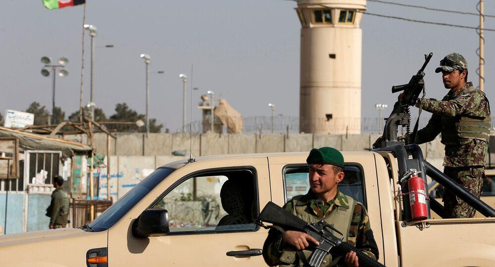 Les soldats de l'Armée nationale afghane (ANA) surveillent l'entrée de l'aérodrome de Bagram, après une explosion dans la base aérienne de l'Otan, au nord de Kaboul, en Afghanistan, le 12 novembre 2016