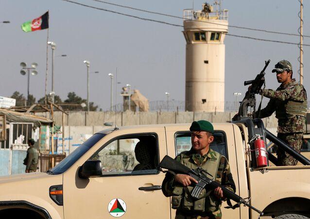 Des soldats afghans en patrouille près de l'aérodrome militaire de Bagram (archive photo)