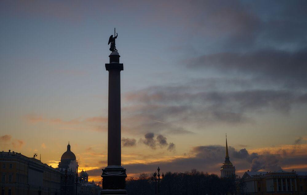 L'hiver à Saint-Pétersbourg. La colonne d'Alexandre sur la Place du Palais