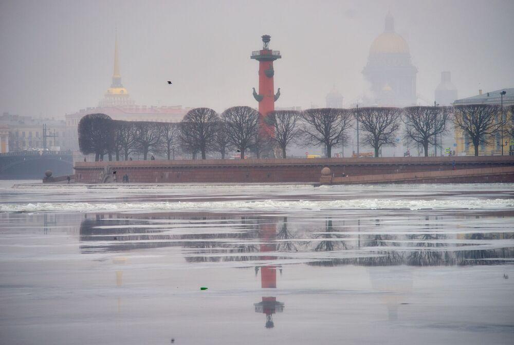 La pointe de l'île Vassilevski et la cathédrale Saint-Isaac dans le brouillard