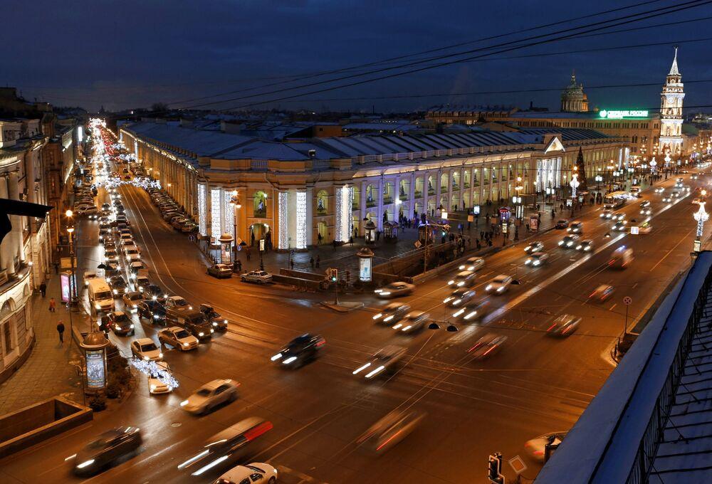 Vue sur la cour Apraksine et la perspective Nevski à Saint-Pétersbourg