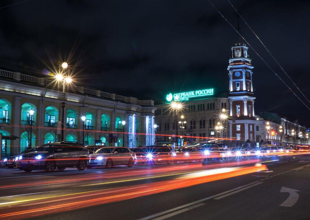 Vue sur l'ancien bâtiment de la Douma d'Etat et sur l'horloge de la perspective Nevski à Saint-Pétersbourg