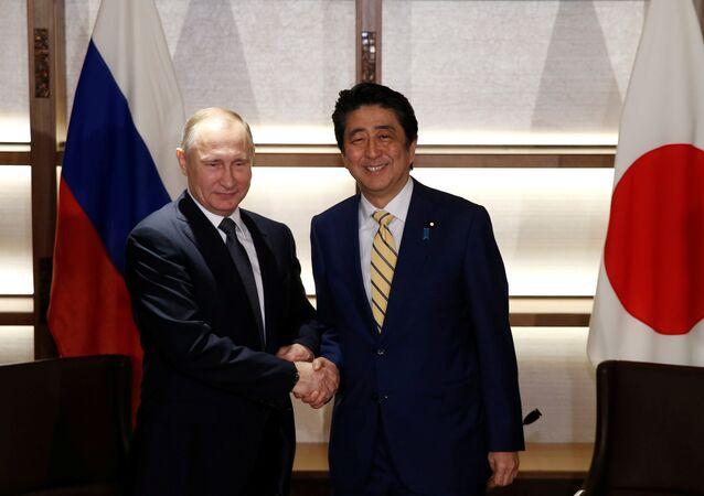 Le premier ministre japonais Shinzo Abe et le président russe Vladimir Putin lors de leur rénion à Nagato, le 15 décembre