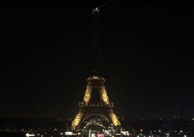 La Tour Eiffel broie du noir en soutien à Alep