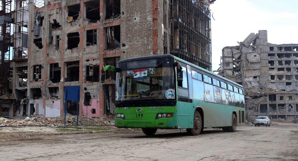 Les premiers bus avec des combattants et leurs familles quittent Alep-Est