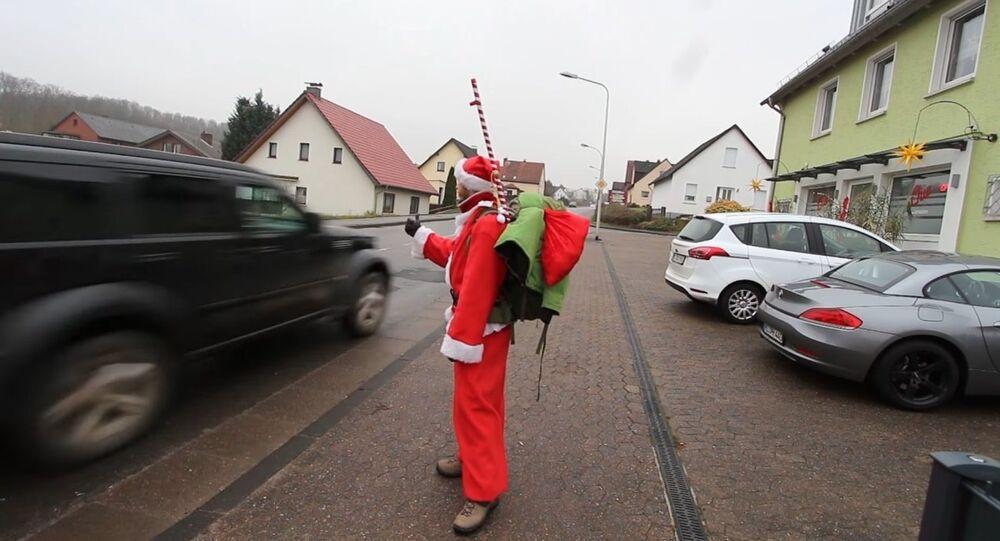 Auto-stop entre Paris et la Laponie: 3.000 km en costume de Père Noël