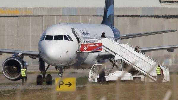Avion détourné à Malte: les passagers quittent l'appareil - Sputnik France