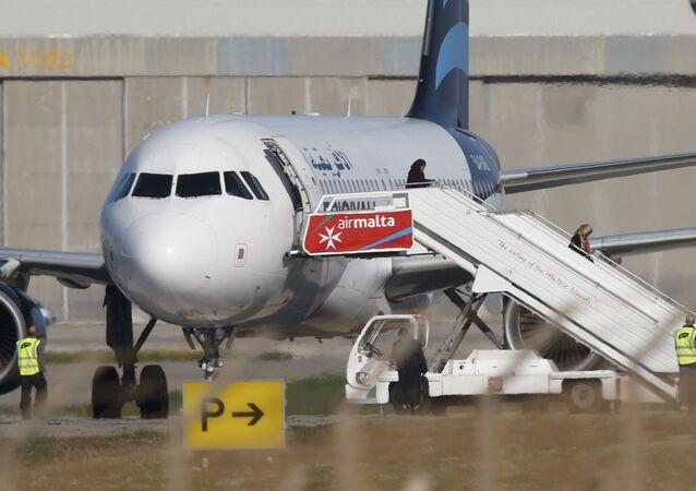 Avion détourné à Malte: les passagers quittent l'appareil