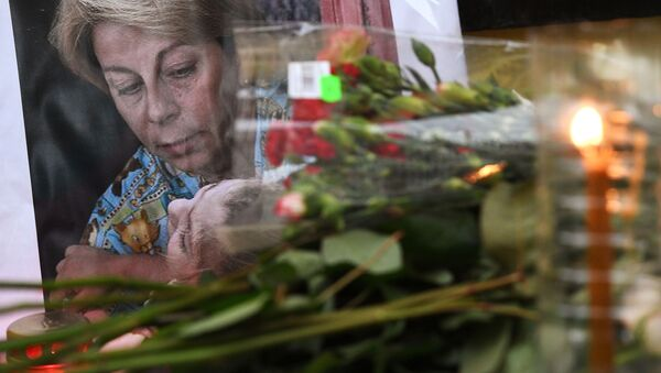 Цветы у офиса МОО Справедливая помощь в память о Елизавете Глинке, погибшей в авиакатастрофе Ту-154 - Sputnik France