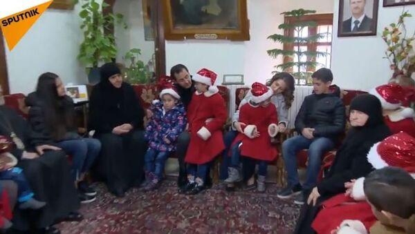 Le président syrien Bashar el-Assad visite un orphelinat au monastère de Saidnaya en Syrie - Sputnik France