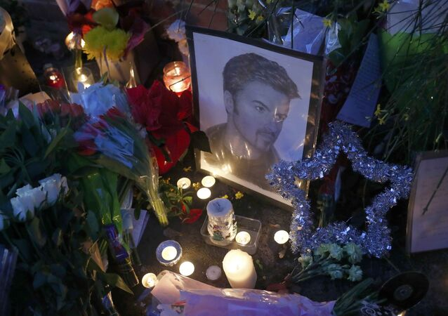 Les fans de George Michael honorent sa mémoire devant chez lui