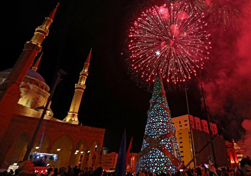 Un sapin de Noël et un feu d'artifice à Beyrouth, au Liban
