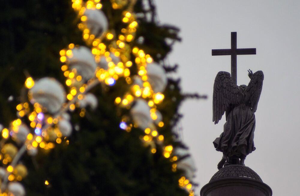 Un sapin de Noël et la colonne d'Alexandre sur la place du Palais à Saint-Pétersbourg