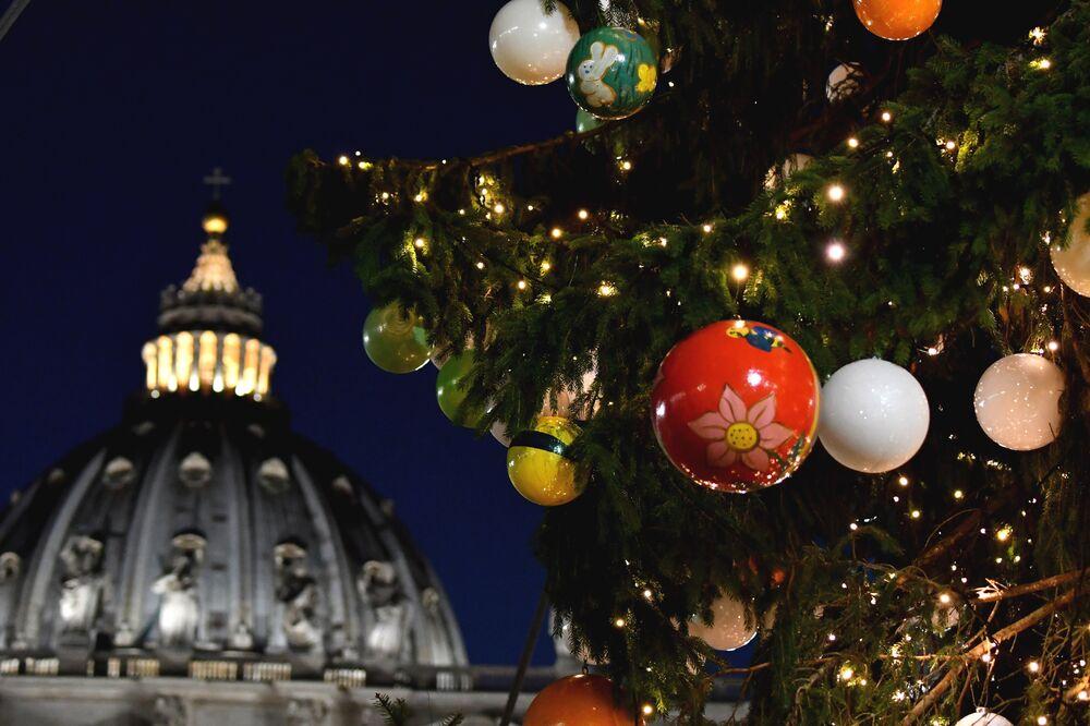 Un sapin de Noël devant la basilique Saint-Pierre, à Rome