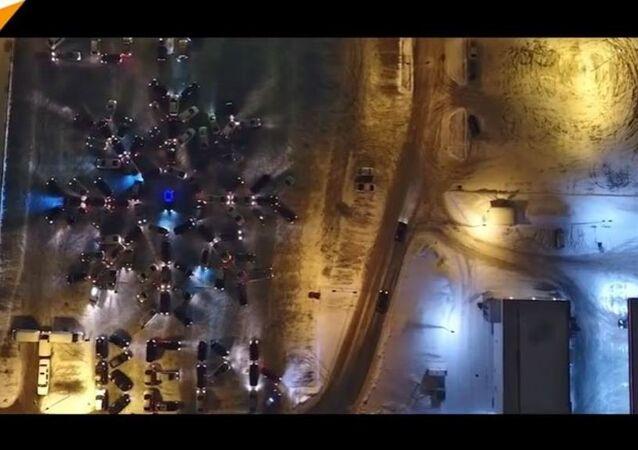 Flashmob de l'hiver: 130 voitures forment un flocon de neige géant