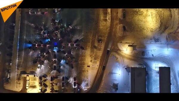 Flashmob de l'hiver: 130 voitures forment un flocon de neige géant - Sputnik France
