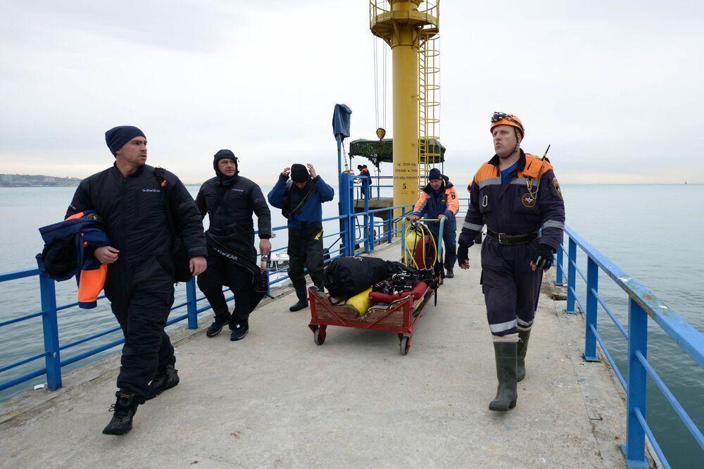 Le travail des plongeurs sur le site du crash de l'avion Tu-154