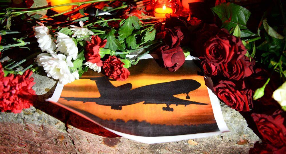 Fleurs et bougies en mémoire des victimes du crash du Tu-154