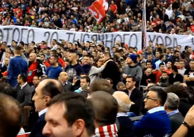 Les fans de club de basket Etoile rouge de Belgrade chantent en mémoire des musiciens russes victime d'un crash d'avion