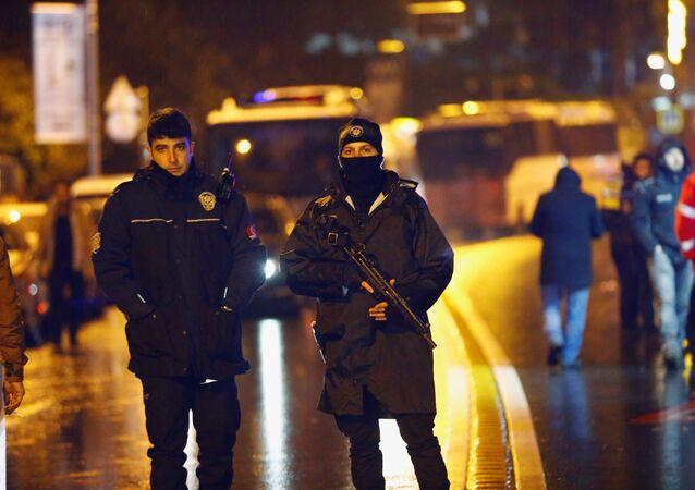 La police sécurise une zone près d'une boîte de nuit à Istanbul, suite à une attaque armée, Turquie, 1 janvier 2017