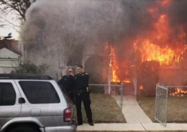 Des selfies sur fond de maison en feu pour les policiers new-yorkais
