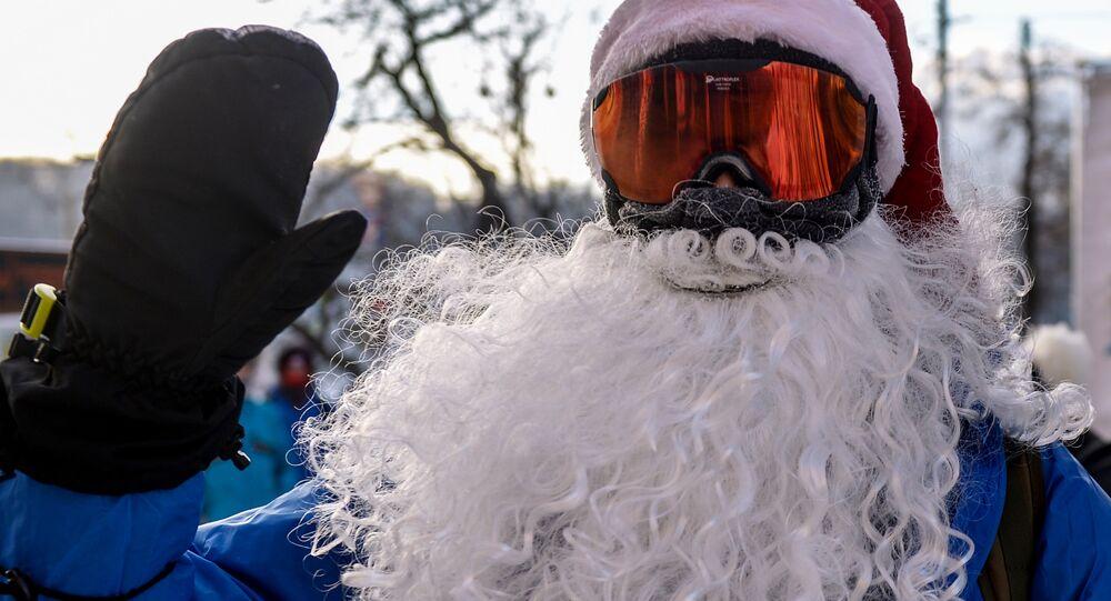 Le père Noël à la deuxième parade cycliste d'hiver à Moscou