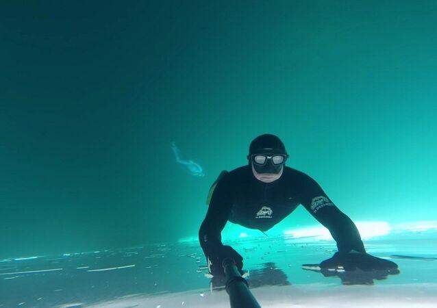 Une plongée sous la glace