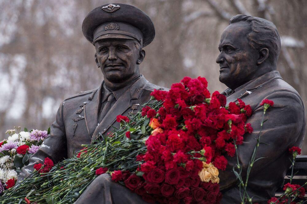 La cérémonie d'ouverture du monument de Gagarine et Korolev