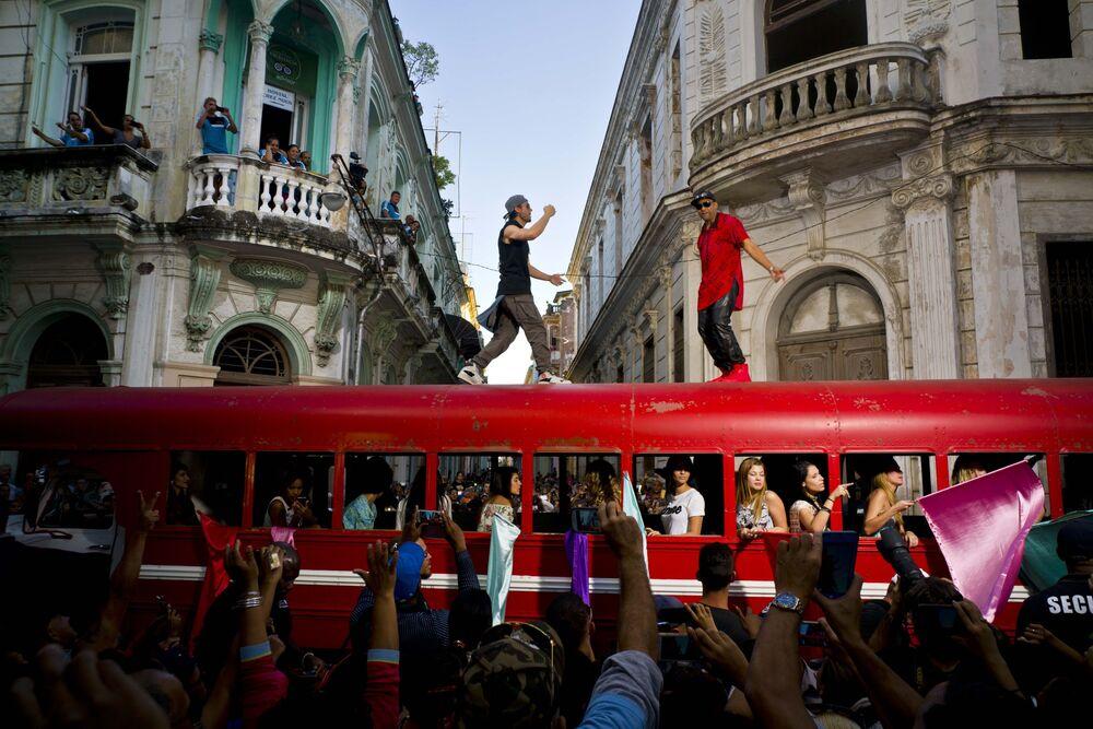 Enrique Iglesias et le chanteur cubain Descemer Bueno lors du tournage d'un  clip dans la vieille Havane