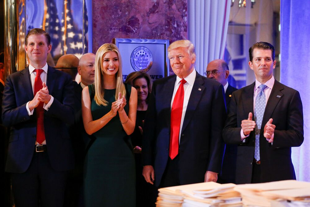 Le président américain élu Donald Trump avec ses fils Eric et Donald et sa fille Ivanka avant sa conférence de presse dans la Trump Tower à New York
