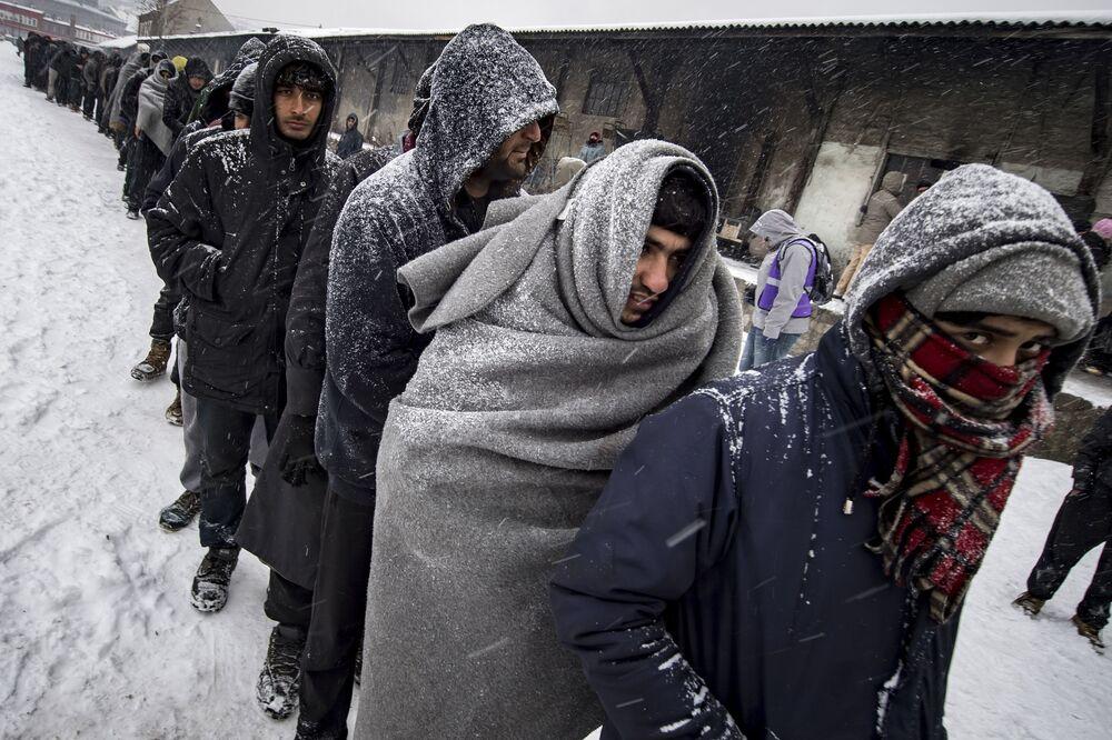 Les migrants font la queue pour de la nourriture à Belgrade où le 11 janvier, la température a chuté à -15 degrés