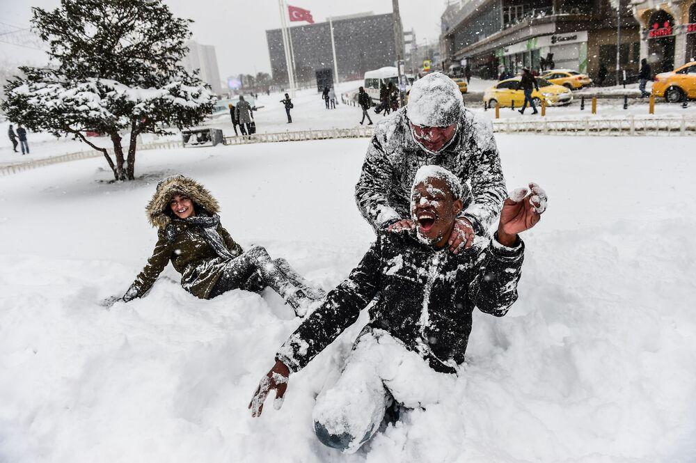 Des chutes et des tempêtes de neige ont paralysé toute la Turquie, y compris l'une des plus grandes villes du pays, Istanbul