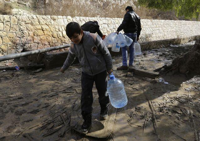 Des habitants de Damas s'approvisionnent en eau potable