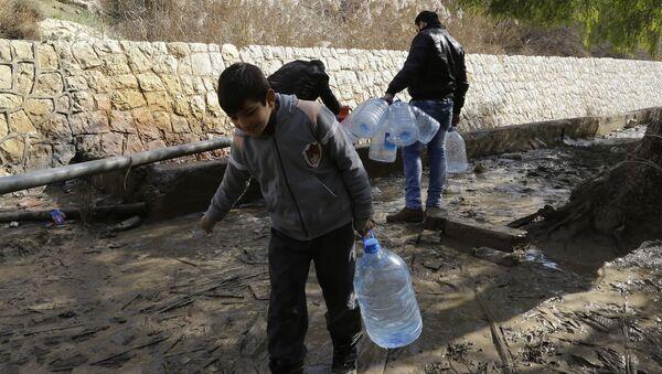 Des Syriens s'approvisionnent en eau potable - Sputnik France