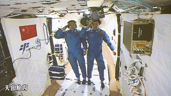 Deux spationautes chinois Jing Haipeng et Chen Dong au laboratoire spatial Tiangong 2 - Sputnik France