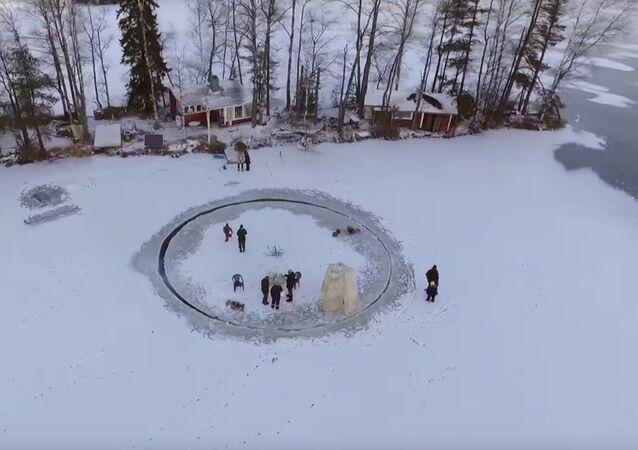Un gigantesque manège de glace à Helsinki
