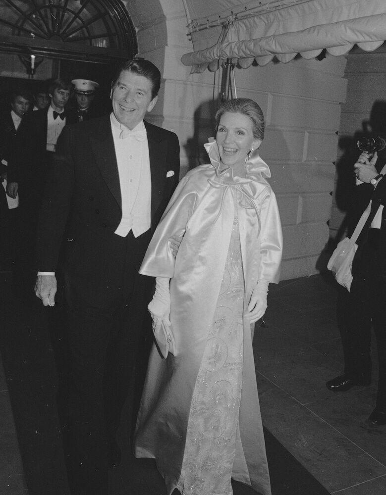 Le président américain Ronald Reagan et sa femme Nancy avant le bal organisé pour l'investiture en 1981 à Washington