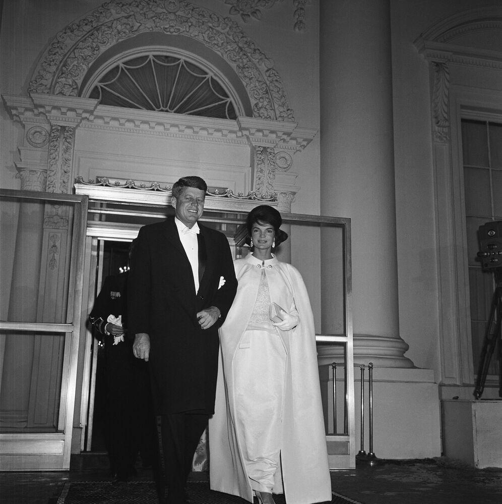 Le président américain John F. Kennedy et son épouse Jacqueline avant  le bal organisé pour son investiture en 1961
