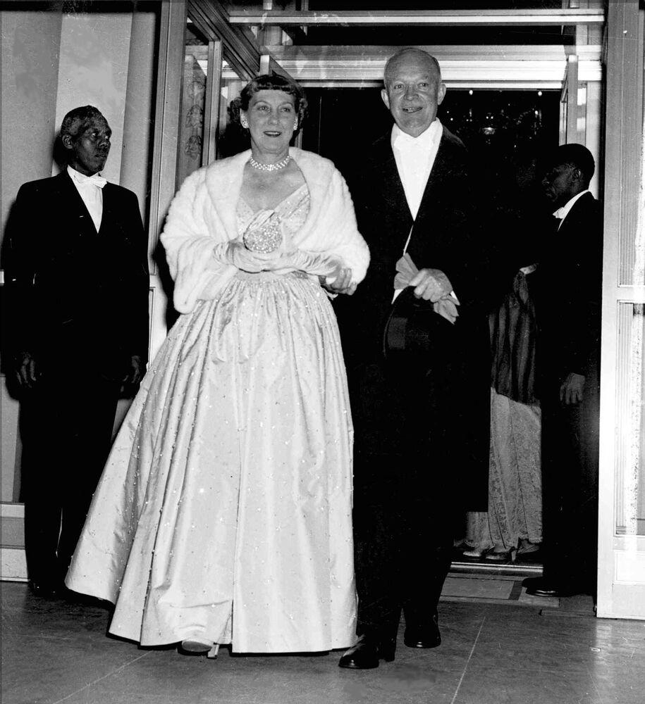 Le président américain Dwight Eisenhower et son épouse Mamie avant le bal organisé pour son investiture en 1953