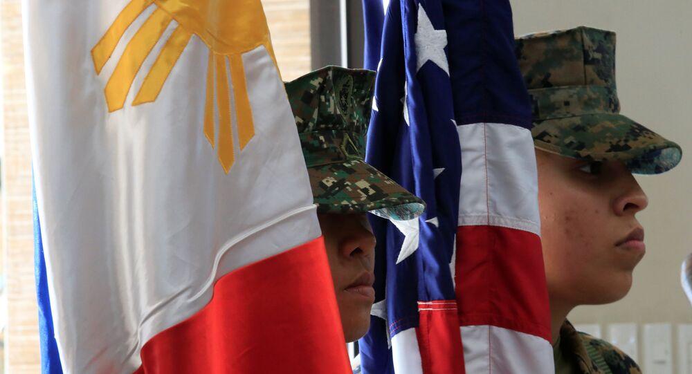 Les protestataires brûlent le drapeau américain près du consulat US aux Philippines