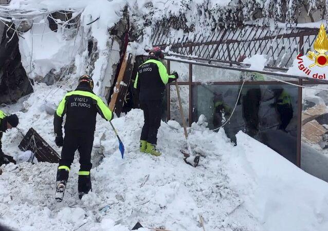 Les secouristes sur pied d'oeuvre à l'hôtel Rigopiano, en Italie centrale
