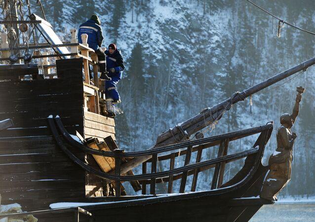 Une copie du navire de la saga «Pirates des Caraïbes» sur les rives de l'Ienisseï