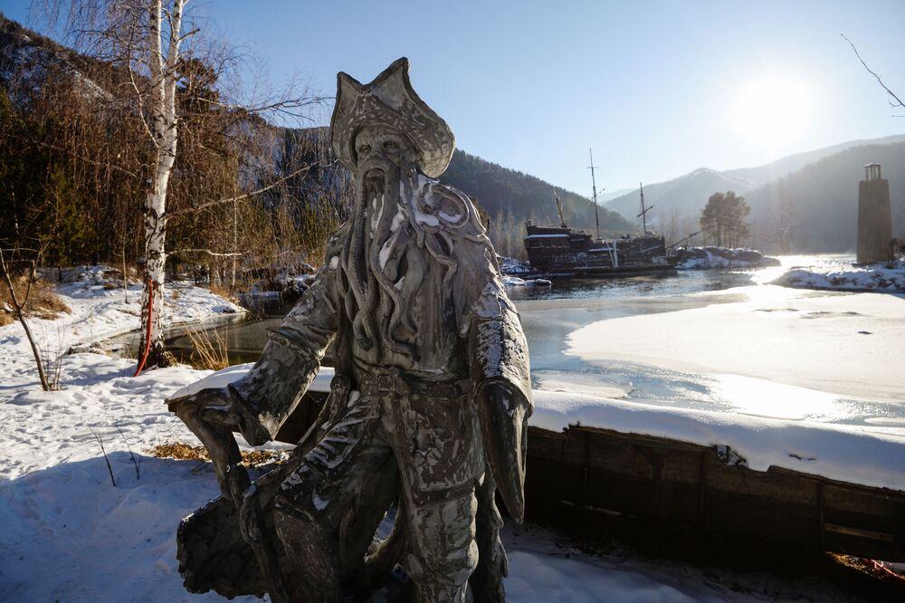 Une sculpture de Davy Jones, personnage de la saga «Pirates des Caraïbes » sur les rives de l'Ienisseï