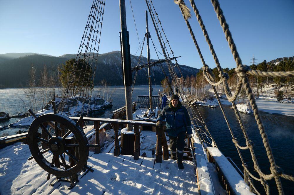 Alexandre Martchenko, propriétaire du navire, sur le pont de Black Pearl dans la République de Khakassie