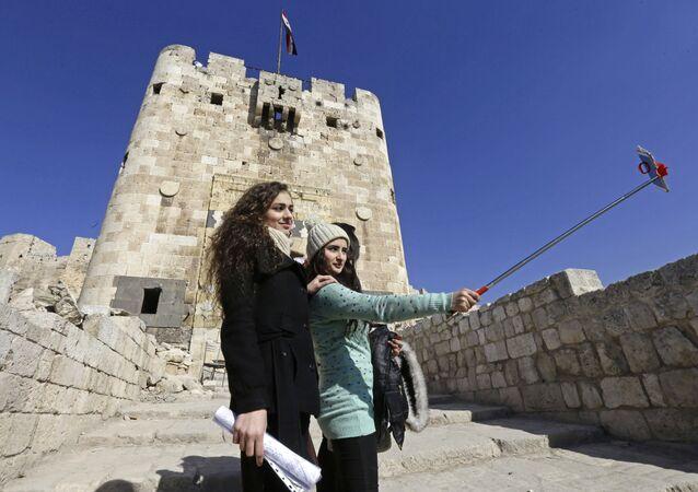 Les Syriennes prennent une photo à Alep