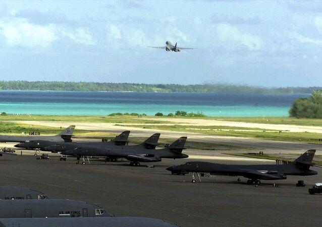 Des Rockwell B-1 Lancer sur la piste de la base militaire de Diego Garcia en 2001