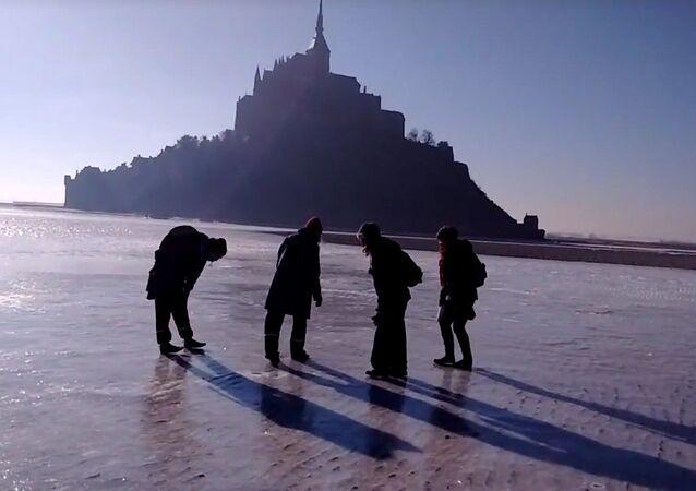 En patins à glace sur la banquise du Mont Saint Michel