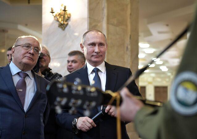 Poutine chante avec un étudiant la «chanson des cosmonautes»