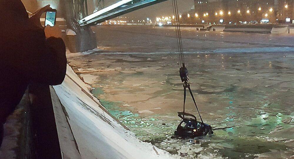 Un policier russe sauve la conductrice d'un véhicule tombé dans la Moskova